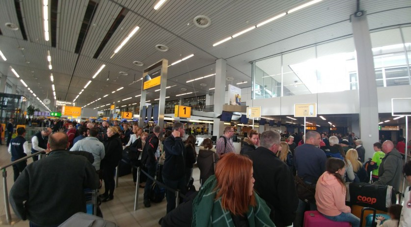 Long lines at Schiphol airport, 23 Apr 2017