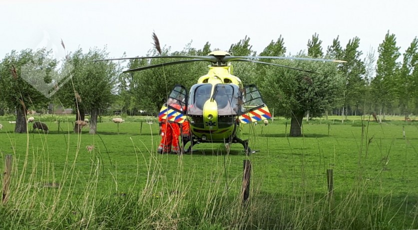 A helicopter ambulance on Boomstraat in Schijndel after a dog attacked a 5-year-old girl and her grandmother, 1 May 2018