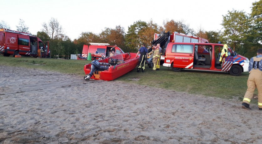 Emergency services search for a drowned man in lake Hilgelo near Winterswijk, 7 May 2018