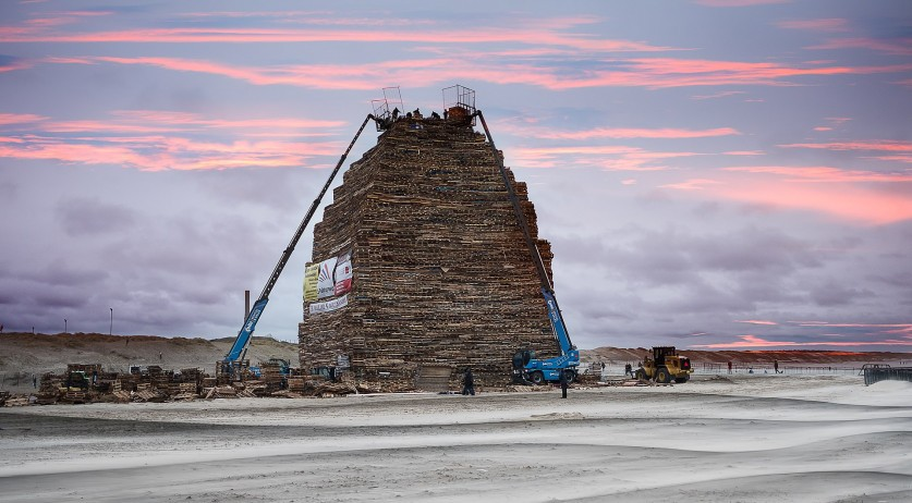 Preparations for the New Year's bonfire on Scheveningen beach, 31 Dec 2017