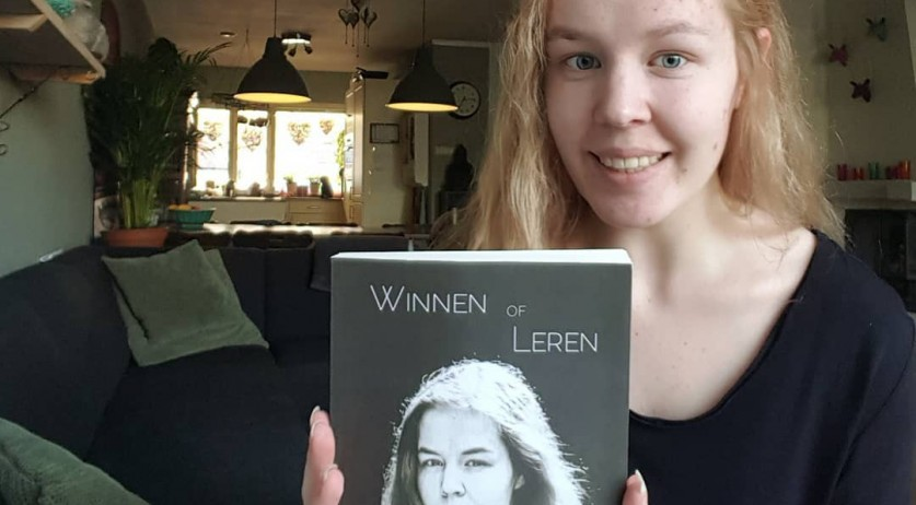 Noa Posthoven with her autobiography Winnen of Leren