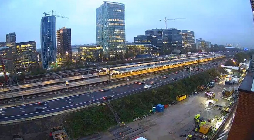 Rooftop for the new passenger tunnel from Amsterdam Zuid station across the A10 South and the railway installed, 4 November 2019
