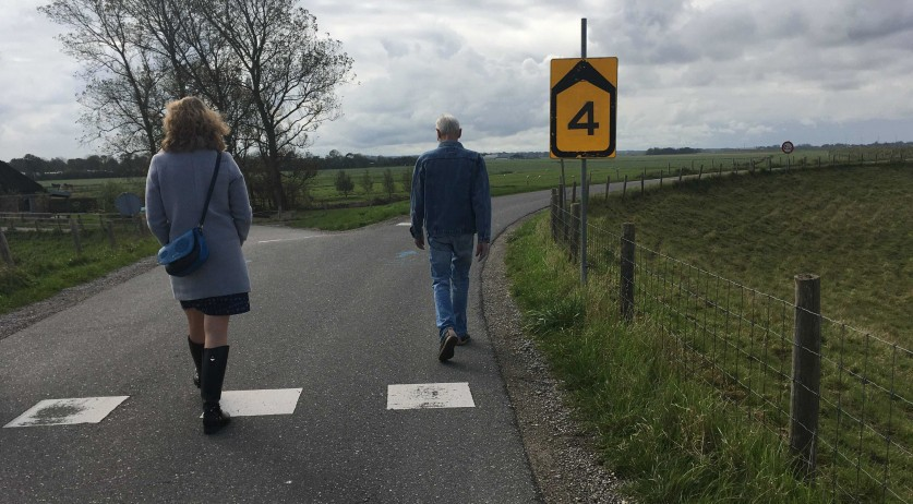 A father and daughter walking at a safe social distance in Lagedijk. 17 October 2020