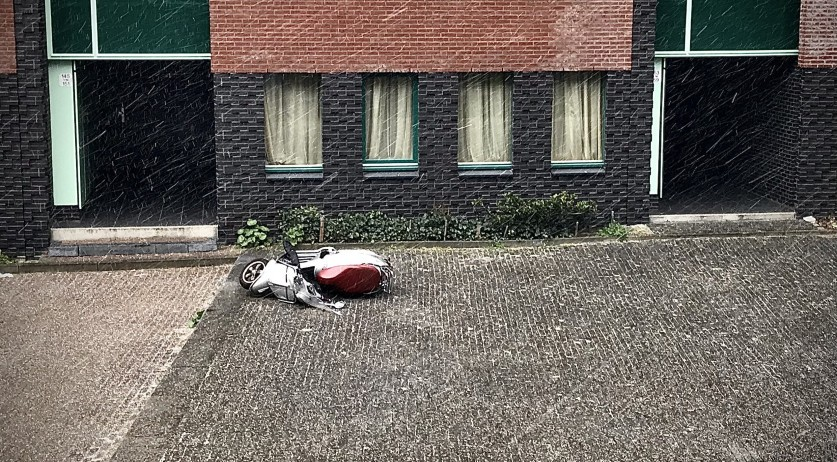 A gust of wind knocked over a scooter in Amsterdam moments before hail and snowflakes began to fall. 5 April 2020