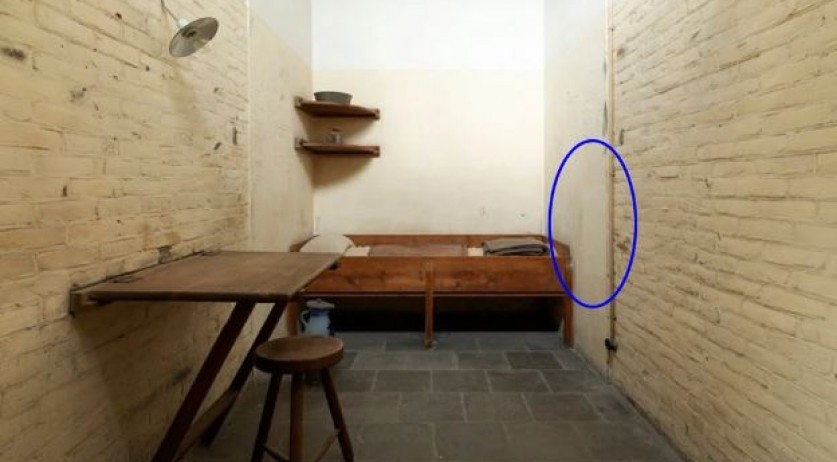 Oranjehotel death row cell 601, circled area is where Daniël de Blocq van Scheltinga inscriptions were found