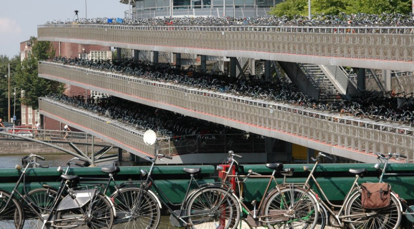 800px-Bicycle_parking_lot