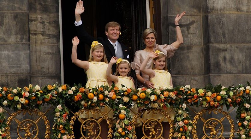 795px-King_Willem-Alexander,_Queen_Maxima_and_their_daughters_2013