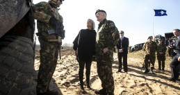 Defense Minister Jeanine Hennis-Plasschaert and Commander Tom Middendorp visit Dutch soldiers on NATO mission in Lithuania, 10 Apr 2017