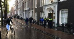 Police and reporters gather outside mayor's residence on Herengracht in Amsterdam, 6 Oct 2017