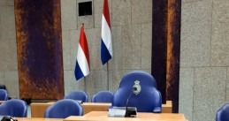 Old flag (left) and new flag (right) in the Tweede Kamer, 29 May 2018
