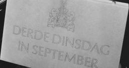 The Prinsjesdag budget briefcase in 1983, held by Finance Minister Onno Ruding. 20 Sept. 1983.