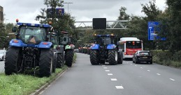 Tractors block traffic in Den Haag just before evening rush hour
