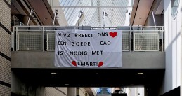 Banner calling for a better collective bargaining agreement for hospital workers hanging in the OLVG Oost hospital, 29 July 2019