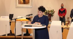 Sharon Dijksma signs the documentation officially making her Mayor of Utrecht. 16 Dec. 2020