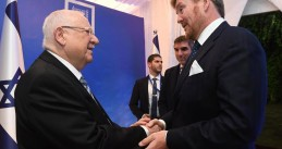 Israeli President Reuven Rivlin shaking hands with Dutch King Willem-Alexander at the World Holocaust Forum in Jerusalem, 22 January 2020