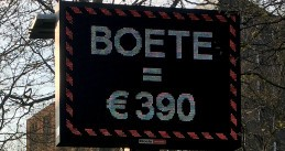 A sign warning people that they may be fined 390 euro for standing too close to other people.