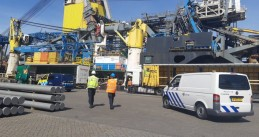 Rotterdam police at the Saipem FDS in Waalhaven after a possible Covid-19 death on board, 10 April 2020