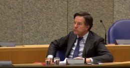 Mark Rutte listening to criticism from PVV leader Geert Wilders during a debate in Parliament on 18 Feb. 2021