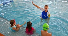 Swimming trainer with children