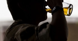 800px-A_Soldier_Drinks_a_Pint_of_Beer_on_his_Return_from_Afghanistan_MOD_45152497