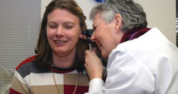 800px-Doctor_examines_patient's_ear