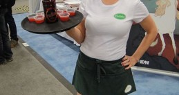Merlotte's_waitress_serving_Tru_Blood_at_the_IDW_booth