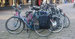 800px-Bicycles_-_Van_Oldenbarneveltsplaats_-_Cool_-_Rotterdam