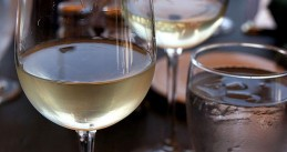 800px-Glass_of_white_wine