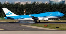 KLM_Boeing_747-406M_(PH-BFT)_touches_down_at_Beijing_Capital