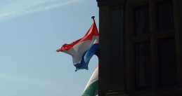 800px-Dutch_flag,_Antwerp