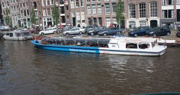 800px-Amsterdam_canal_boat